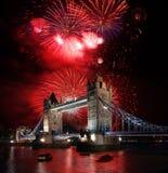 Puente de la torre con el fuego artificial, celebración del Año Nuevo en Londres, Reino Unido Fotografía de archivo