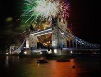 Puente de la torre con el fuego artificial, celebración del Año Nuevo en Londres, Reino Unido Imagen de archivo