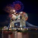 Puente de la torre con el fuego artificial, celebración del Año Nuevo en Londres, Reino Unido Foto de archivo