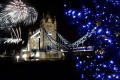 Puente de la torre con el fuego artificial, Londres Imágenes de archivo libres de regalías