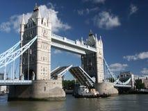 Puente de la torre con la nave que pasa a través Imagenes de archivo