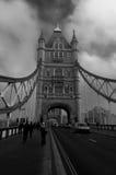 Puente de la torre con los coches que pasan cerca Londres, Reino Unido Imagen de archivo libre de regalías