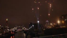 Puente de la torre con los fuegos artificiales almacen de metraje de vídeo