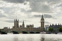 Puente de la torre de Ben grande y casas del parlamento Foto de archivo libre de regalías