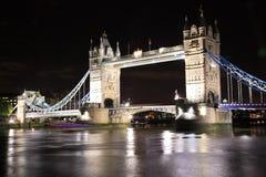 Puente de la torre de Londres en la noche imagen de archivo