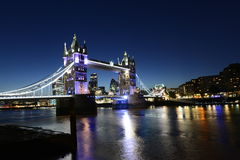 Puente de la torre de Londres por noche Foto de archivo libre de regalías
