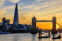 Puente de la torre de Londres y el casco durante puesta del sol Fotografía de archivo