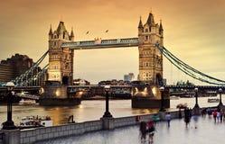 Puente de la torre en el crepúsculo Imagen de archivo libre de regalías