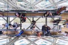 Puente de la torre en el río Támesis Piso de cristal, espejo del techo, turistas, Londres, Reino Unido Fotografía de archivo libre de regalías