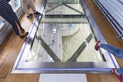 Puente de la torre en el río Támesis Piso de cristal, espejo del techo, turistas, Londres, Reino Unido Imagen de archivo libre de regalías