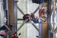 Puente de la torre en el río Támesis Piso de cristal, espejo del techo, turistas, Londres, Reino Unido Fotografía de archivo