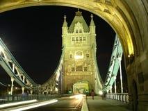 Puente de la torre en la noche Foto de archivo libre de regalías