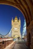 Puente de la torre en la noche. Foto de archivo libre de regalías