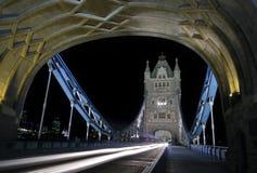 Puente de la torre en la noche Fotos de archivo libres de regalías