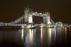 Puente de la torre en la noche Imagen de archivo libre de regalías