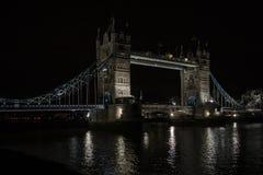 Puente de la torre en la noche fría del invierno Foto de archivo