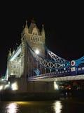 Puente de la torre en la noche: a un lado perspectiva, Londres Imagen de archivo libre de regalías