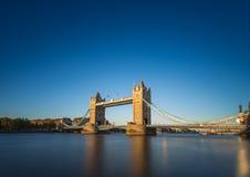Puente de la torre en la puesta del sol con el cielo azul claro, Londres, Reino Unido Foto de archivo
