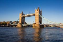 Puente de la torre en la puesta del sol con el cielo azul claro, Londres, Reino Unido Imagen de archivo