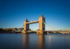 Puente de la torre en la puesta del sol con el cielo azul claro, Londres, Reino Unido Fotos de archivo libres de regalías