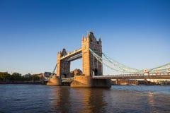 Puente de la torre en la puesta del sol con el cielo azul claro, Londres, Reino Unido Foto de archivo libre de regalías