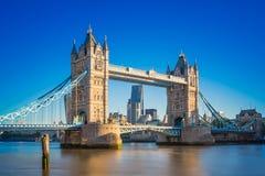 Puente de la torre en la salida del sol con el cielo azul claro, Londres, Reino Unido Imagenes de archivo