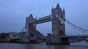 Puente de la torre en Londres, crepúsculo, puesta del sol, naves, travesía de los barcos en el río Támesis almacen de metraje de vídeo