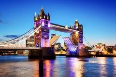 Puente de la torre en Londres, el Reino Unido Luces de la noche en la última puesta del sol fotos de archivo