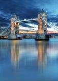 Puente de la torre en Londres, Reino Unido, por noche fotografía de archivo libre de regalías