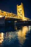 Puente de la torre en la noche Imágenes de archivo libres de regalías