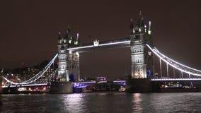 Puente de la torre en la noche almacen de metraje de vídeo