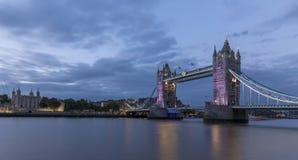 Puente de la torre, Londres, en la oscuridad Foto de archivo libre de regalías