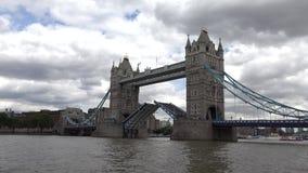 Puente de la torre de Londres, opinión del río Támesis con la nave y barcos, visita Reino Unido de los turistas almacen de metraje de vídeo