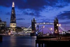 Puente de la torre para arriba en la noche en la ciudad de Londres Foto de archivo libre de regalías