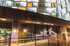 Puente de la torre que refleja en una fachada iluminada Fotos de archivo libres de regalías