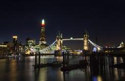 Puente de la torre y el casco en Londres Foto de archivo