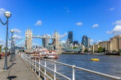 Puente de la torre y la ciudad de Londres Foto de archivo