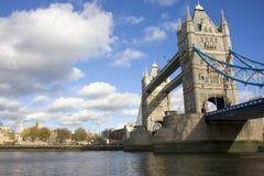 Puente de la torre y la torre de Imagen de archivo libre de regalías