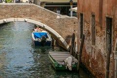 Puente de ladrillos rojos sobre el canal Barco en el agua imagenes de archivo