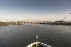 Puente de las Américas en el acercamiento al Canal de Panamá fotos de archivo