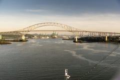 Puente de las Américas en el acercamiento al Canal de Panamá fotografía de archivo libre de regalías