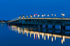 Puente de leones en el crepúsculo Fotos de archivo