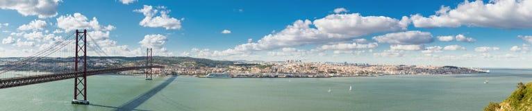 Puente de Lisboa del panorama Imagenes de archivo