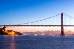 Puente de Lisboa en la oscuridad Imagenes de archivo