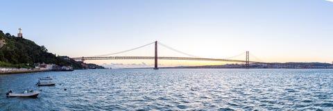 Puente de Lisboa en la oscuridad Foto de archivo libre de regalías