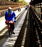 Puente de Loas de los croos de la bicicleta de la impulsión de la muchacha de Laos Imagenes de archivo