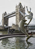 Puente de Londres de la fuente del delfín Fotografía de archivo