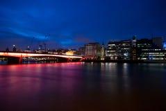 Puente de Londres en la noche imagen de archivo