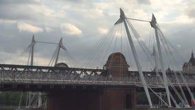 Puente de Londres Hungerford e imagen de oro de los puentes del jubileo con caminar de la gente