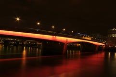 Puente de Londres que brilla intensamente rojo Foto de archivo
